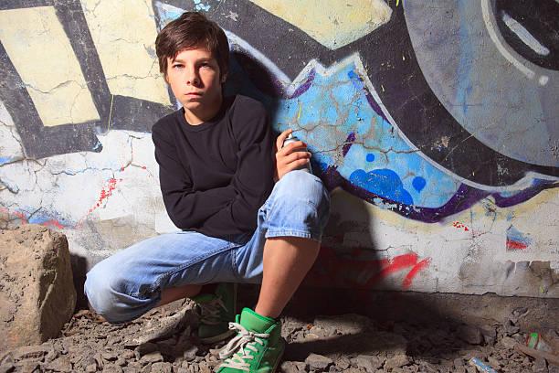 graffiti-jungen - sprüche kinderlachen stock-fotos und bilder