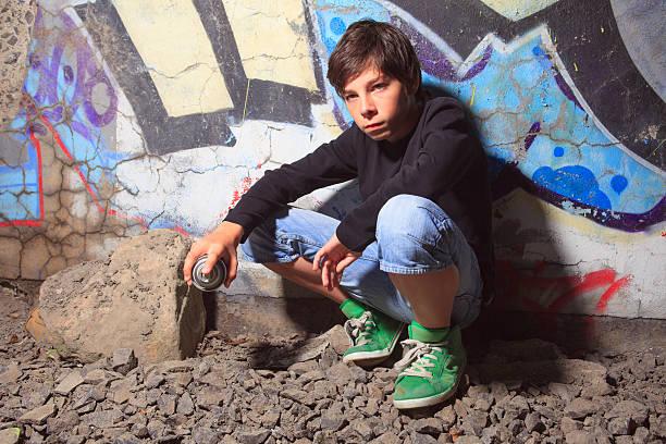 junge graffiti-sit - sprüche kinderlachen stock-fotos und bilder