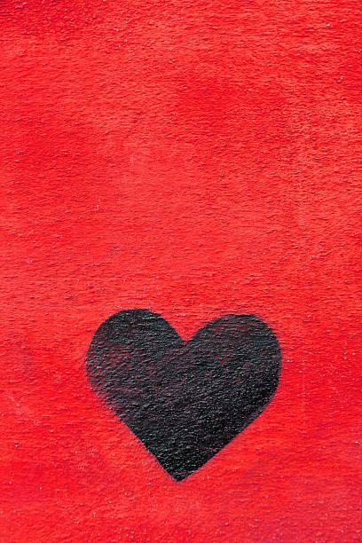 graffiti herz spraypainted auf rote wand-liebe konzept - sprüche für die liebe stock-fotos und bilder