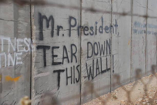 graffiti in bethlehem dabei die ronald reagan in berlin - trennungssprüche stock-fotos und bilder