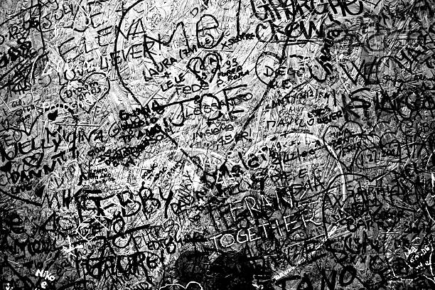 graffiti in schwarz und weiß textur hintergrund verwirrung - kreide schriftzüge stock-fotos und bilder