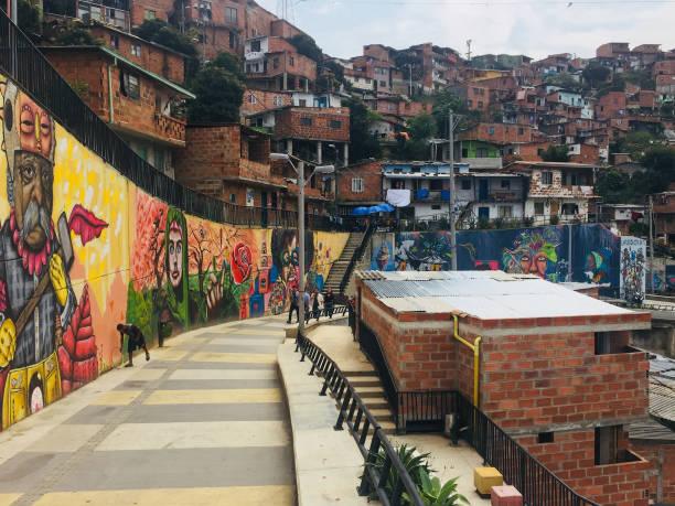 Graffiti Wandmalereien in den Straßen von Comuna 13 in Medellin – Foto