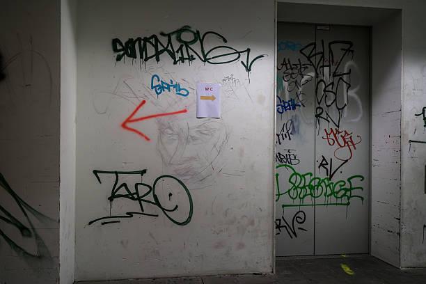 nicht graffiti-kunst - schlechte laune sprüche stock-fotos und bilder
