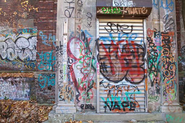 graffiti an verlassenen gebäude - schlechte laune sprüche stock-fotos und bilder