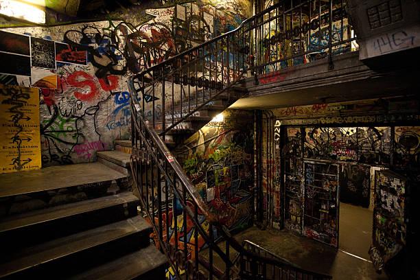 """graffiti auf squattered palast in berlin, deutschland tacheles art house """",graffiti en squattered palace en berlín - bild wandtreppe stock-fotos und bilder"""