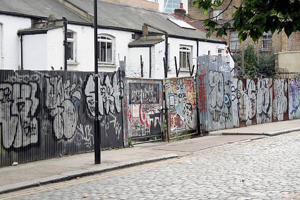 graffiti bemalte wand - sprüche englisch stock-fotos und bilder