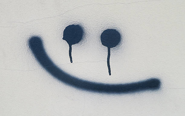 spuk lächeln graffiti an der wand - schlechte laune sprüche stock-fotos und bilder