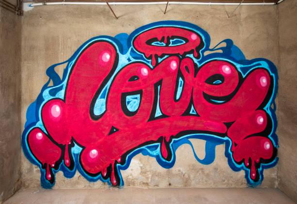 graffiti-wort-liebe an der wand - coole liebessprüche stock-fotos und bilder