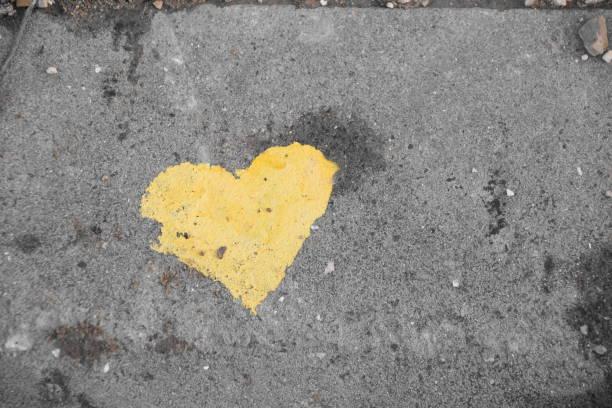 graffiti-gelbe herzen auf dem bürgersteig - sprüche für die liebe stock-fotos und bilder