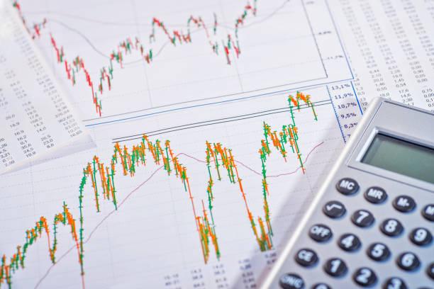 Grafiken zeigen schwankende Aktienkurse Grafiken zeigen stark schwankende Aktienkurse monetary policy stock pictures, royalty-free photos & images