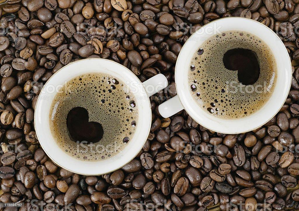 Granos y una taza de café, vista superior - Foto de stock de Amor libre de derechos