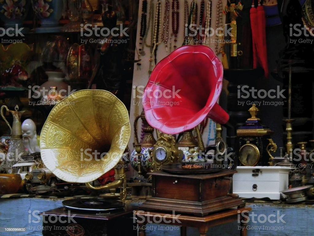 gramófonos en la tienda de antigüedades - foto de stock
