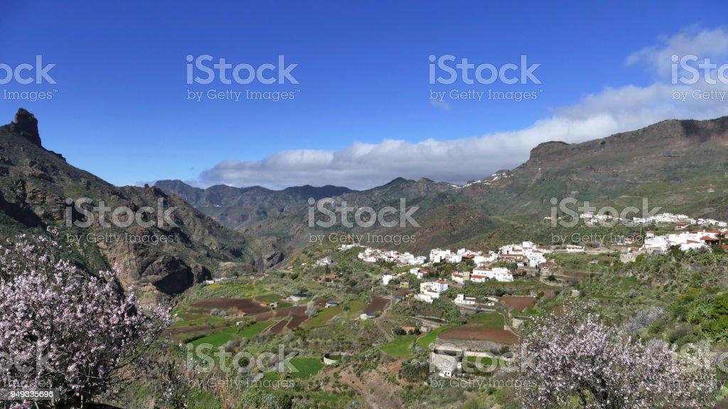 Gran Canaria - Tal in den Bergen mit Wolken und Mandelbäume – Foto