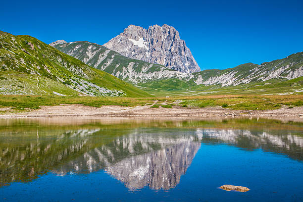 Gran Sasso Cumbre de la montaña en Campo Imperatore meseta, Abruzzo, Italia - foto de stock