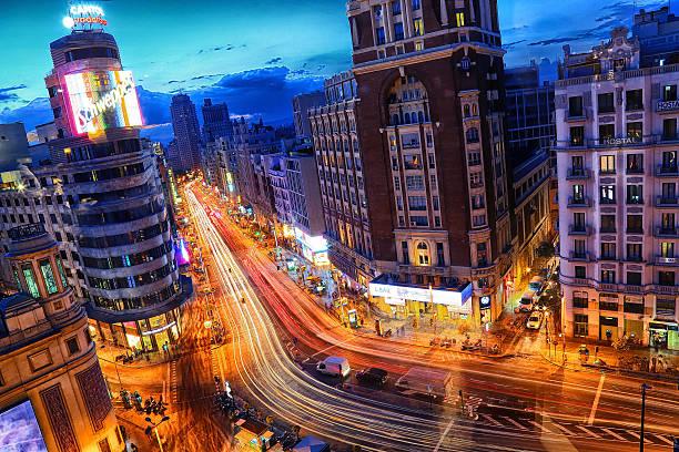 グラン 経由で 夜 - マドリード グランヴィア通り ストックフォトと画像