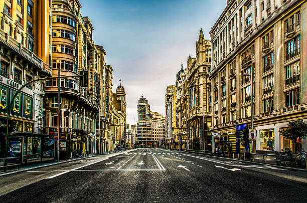 gran via de madrid con ロゴ vacia 空の街 - マドリード グランヴィア通り ストックフォトと画像