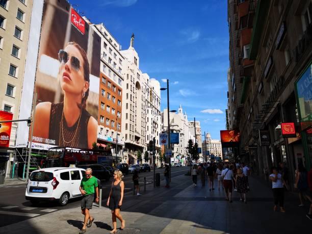 スペインの夏、マドリードのグランビア - マドリード グランヴィア通り ストックフォトと画像