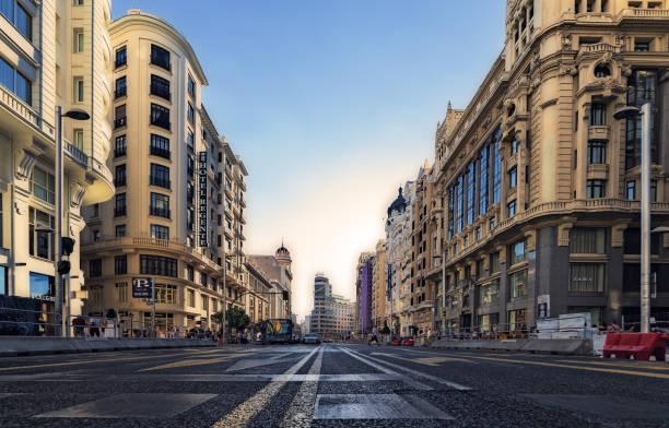 建設中のマドリードのグラン経由 - マドリード グランヴィア通り ストックフォトと画像