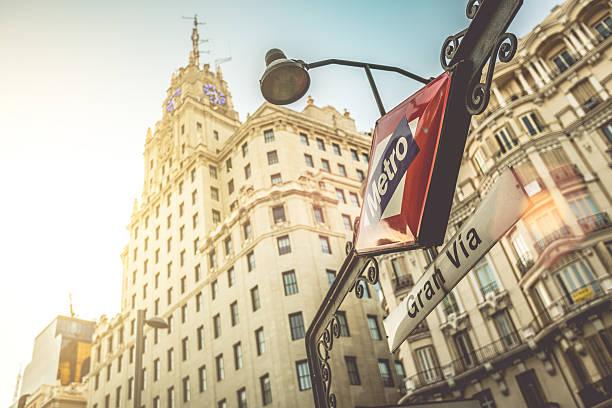 gran via 地下鉄サインインマドリッド - マドリード グランヴィア通り ストックフォトと画像