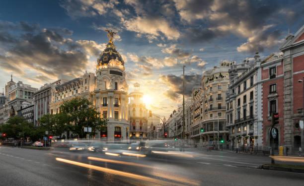 スペイン、マドリッドのグラン ・ ビア商店街 - マドリード グランヴィア通り ストックフォトと画像