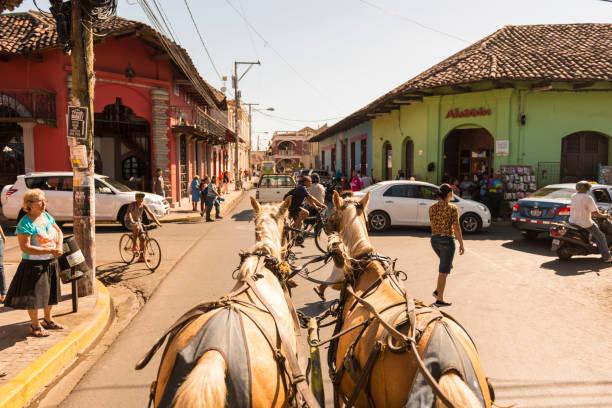 granada mit pferdekutsche - nicaragua stock-fotos und bilder