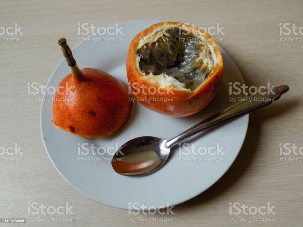 Granadilla lista para comer stock photo
