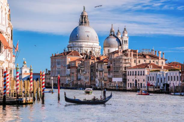 gran canal con góndola en venecia, italia - venecia fotografías e imágenes de stock