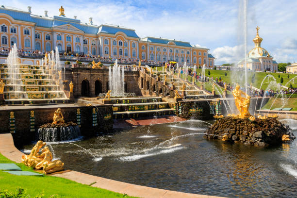 grote cascade fontein en samson fontein in peterhof koninklijk paleis in sint-petersburg, rusland - peterhof stockfoto's en -beelden