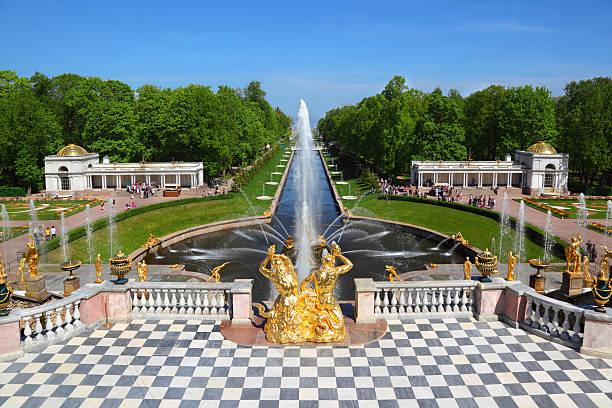grand cascade in pertergof, saint-petersburg, russia. - peterhof stockfoto's en -beelden
