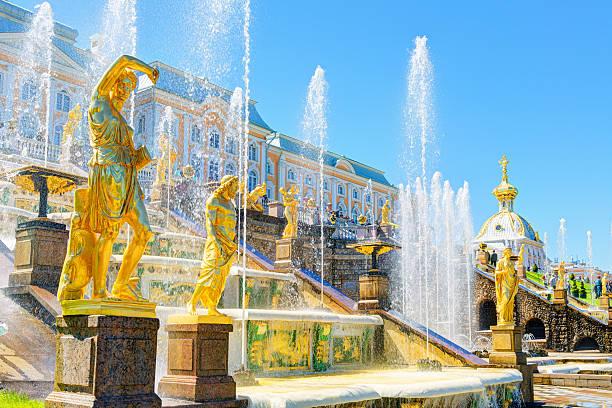 grand cascade in peterhof palace, saint petersburg - sint petersburg rusland stockfoto's en -beelden