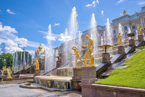grand cascade in peterhof. st petersburg, russia - peterhof stockfoto's en -beelden
