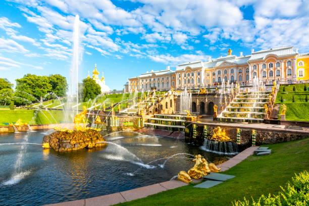 grand cascade van peterhof palace en samson fountain, st. petersburg, rusland - peterhof stockfoto's en -beelden