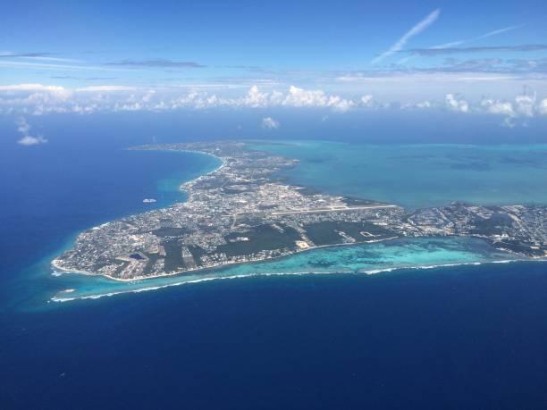 grand cayman - flugzeugperspektive stock-fotos und bilder