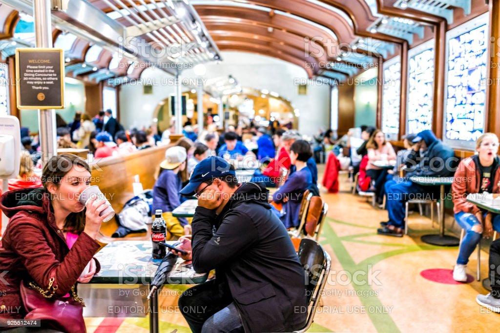 Grand central terminal tribunal restaurante em New York City com pessoas sentadas em mesas na loja loja comer, jantar concourse - foto de acervo