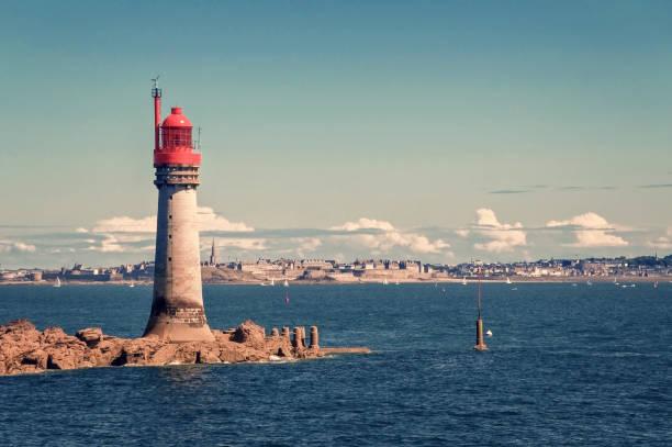 Leuchtturm Grand Jardin, Stadt Saint Malo im Hintergrund, Bretagne, Frankreich – Foto