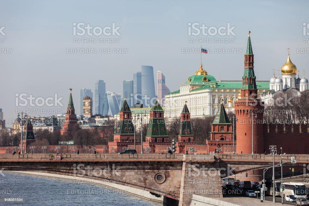 Grosser Kremlpalast Mauern und Türmen und moderne Moskau International Business Center (MIBC) Wolkenkratzer in Russland Moskau City – Foto