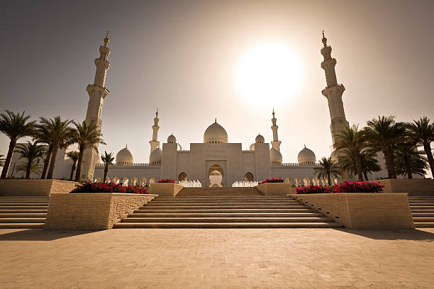 grand mosque - abu dhabi the majestic sheikh zayed bin sultan al nahyan mosque, it is probably the most imposing religious and national landmark in abu dhabi to date. saudi arabia stock pictures, royalty-free photos & images