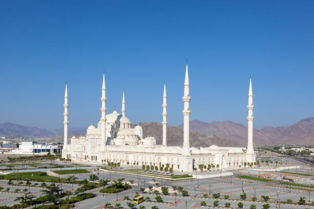grand mosque in fujairah, uae - sheikh zayed road stock-fotos und bilder