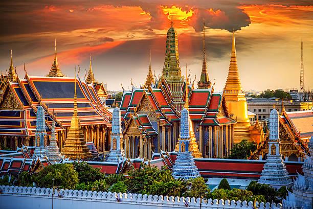 grand palace and wat phra keaw - tapınak stok fotoğraflar ve resimler