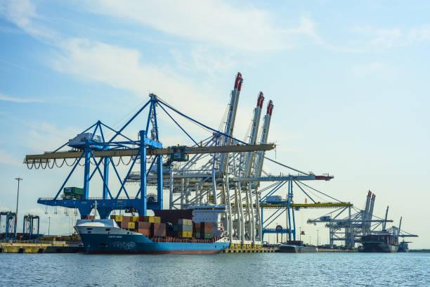 Grand port maritime du Havre, port 2000. Grand port maritime du Havre, port 2000, avec portiques de déchargement et Porte-conteneurs. Ciel bleu et nuages le havre stock pictures, royalty-free photos & images