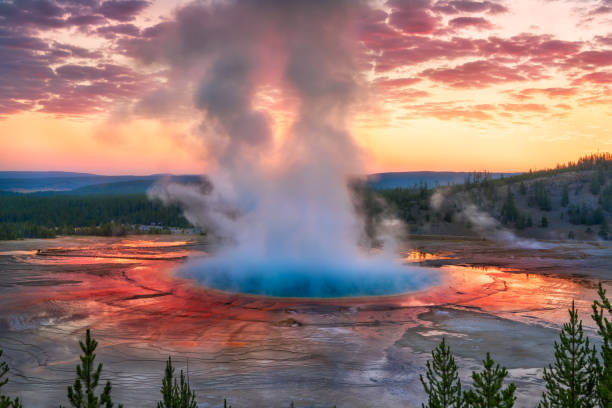 grand prismatic spring sunrise, yellowstone national park, wy - nationaal park stockfoto's en -beelden