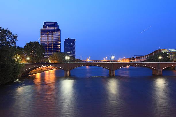 grand rapids bridge - ovest foto e immagini stock
