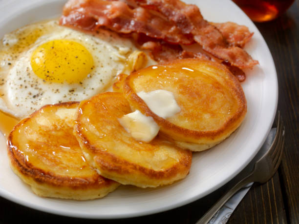 grand slam breakfast - pancakes, bacon and eggs - caffetteria foto e immagini stock