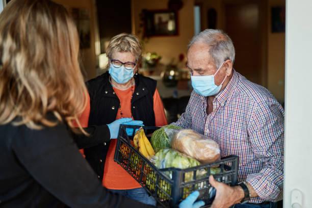 neto entrega mantimentos para avós durante pandemia em sua casa - apoio - fotografias e filmes do acervo