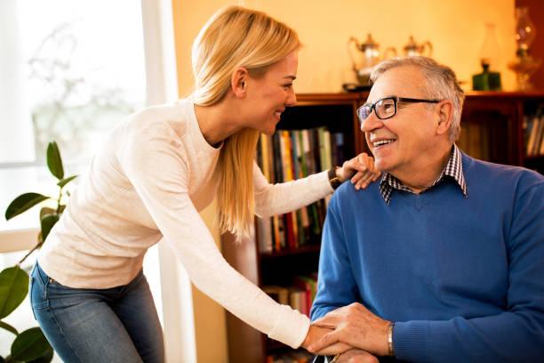 granddaugher visita su abuelo enfermo para apoyarlo - memorial day fotografías e imágenes de stock