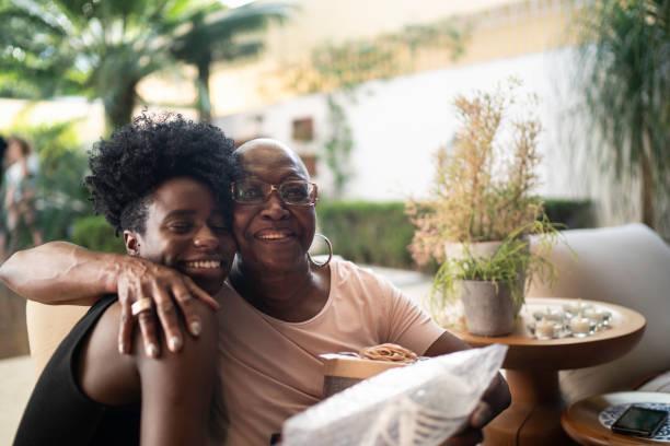 孫女給祖母一個驚喜禮物 - 人生大事 個照片及圖片檔