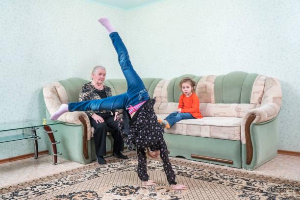 enkelin zeigt das rad - granny legs stock-fotos und bilder