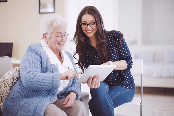 Enkelin zusammen mit Ihrem glückliche Großmutter wie zu Hause fühlen. – Foto