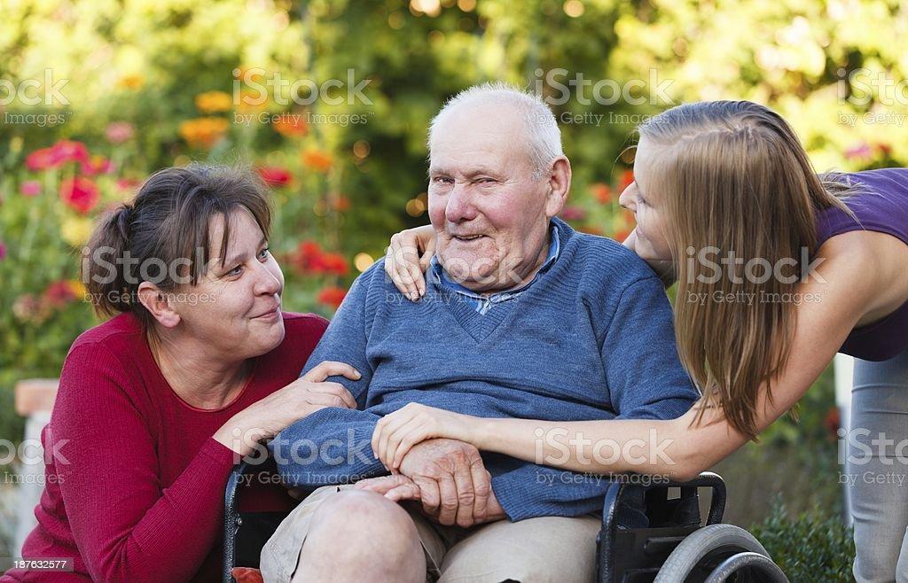 Opa und Enkelin besuchen – Foto