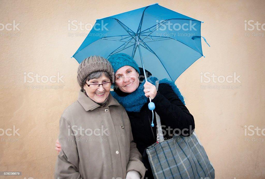 Mit ihrer Großmutter Enkelin – Foto